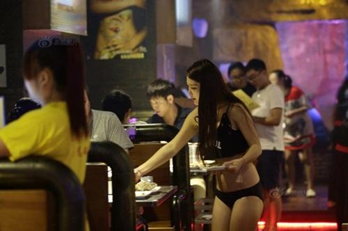 """Gái xinh Trung Quốc bị """"ném đá"""" vì mặc bikini phục vụ khách - 4"""