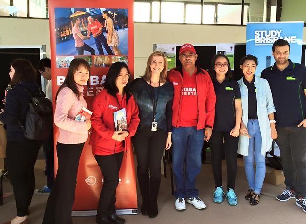 Mai Phương (thứ 3 từ phải sang) cùng đại diện của Brisbane Marketing, Brisbane Greeter và các Đại sứ SV