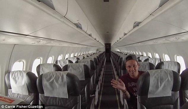 Hai vị khách thoải mái lựa chọn vị trí ngồi trên máy bay và được phục vụ như khách VIP
