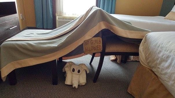 Tôi yêu cầu một pháo đài bằng chăn, một tấm biển cấm phụ nữ, và một con voi bằng khăn tắm. (Nguồn: boredpanda.com)