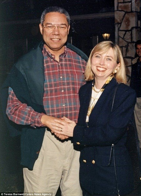 Bà Barnwell chụp ảnh cùng cựu Ngoại trưởng Colin Powell