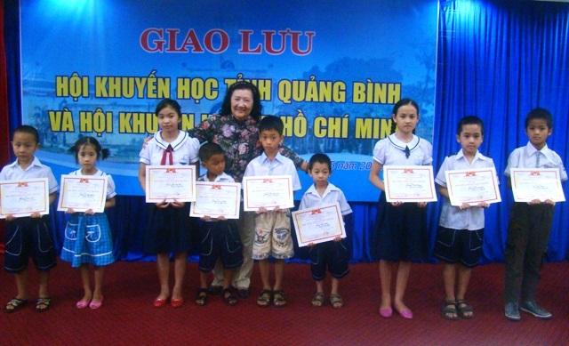 Lãnh đạo Hội Khuyến học TP.HCM trao giấy khen và học bổng cho học sinh nghèo vượt khó học giỏi