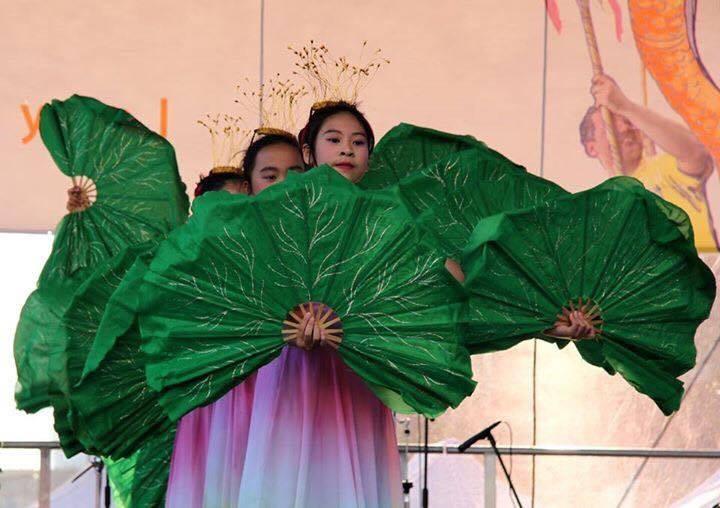 Màn múa nón và múa quạt của các cháu Việt kiều Ba Lan.