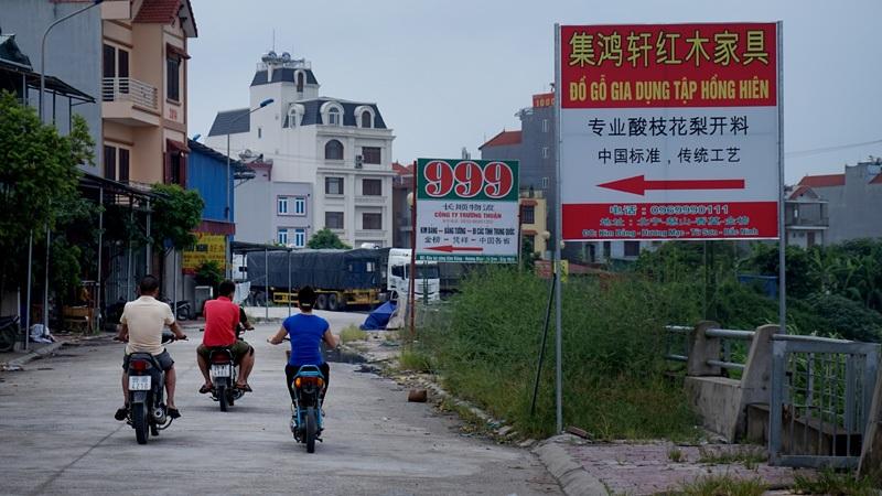 Những biển hiệu quảng cáo ven sông Ngũ Huyện Khê thuộc địa phận thôn Kim Bảng, xã Hương Mạc (thị xã Từ Sơn) toàn chữ Trung Quốc với vị trí, kích cỡ đều vi phạm luật quảng cáo.