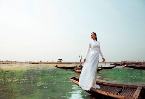 Trong khung cảnh sông nước hữu tình vô cùng lãng mạn của phá Tam Giang buổi chiều ráng đỏ, Thu Hoài diện áo dài trắng trong dịu dàng, thướt tha trên con đò mỏng manh khiến người xem phải xao xuyến.