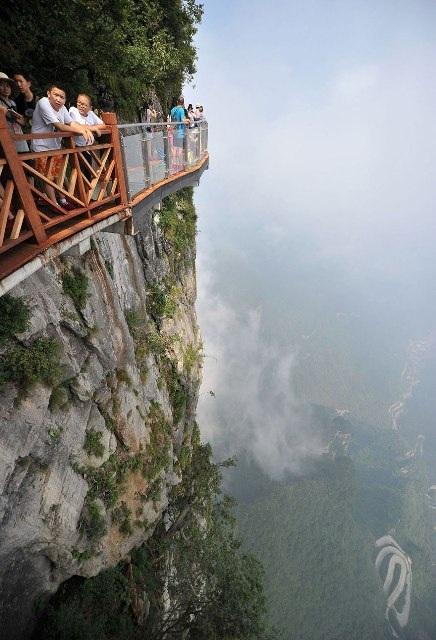 Rùng mình đi trên cây cầu kính cao 1.400 mét - 4
