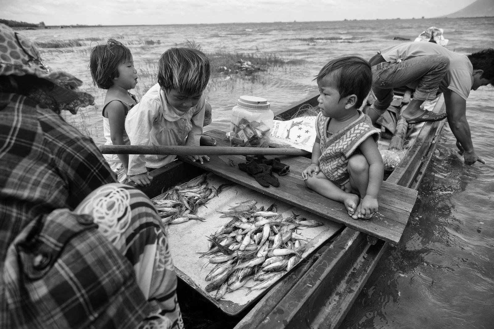 Rất nhiều Việt kiều hồi hương để đánh bắt cá trong hồ Dầu Tiếng khiến nghề này ngày càng thất thu