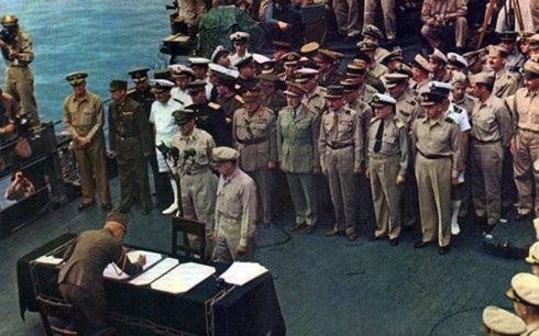 Phía Nhật ký văn kiện đầu hàng chính thức trước sự chứng kiện của phe Đồng minh trên boong tàu ở vịnh Tokyo vào ngày 2/9/1945. Ảnh: YouTube.