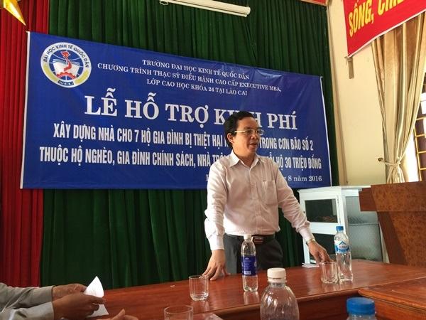 PGS.TS Hoàng Văn Cường chia sẻ khó khăn với đồng bào vùng lũ khó khăn