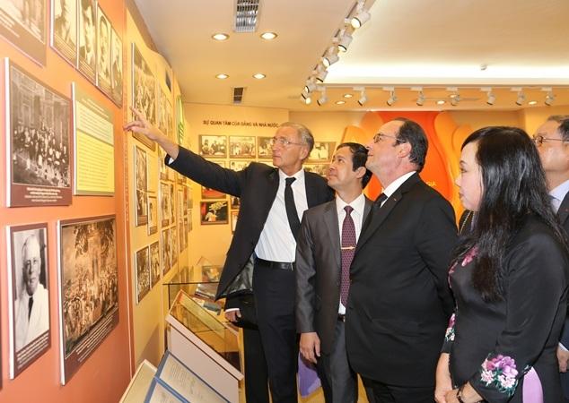 Tổng thống Pháp xem hình ảnh Đại học Đông Dương xưa nay là ĐH Quốc gia Hà Nội