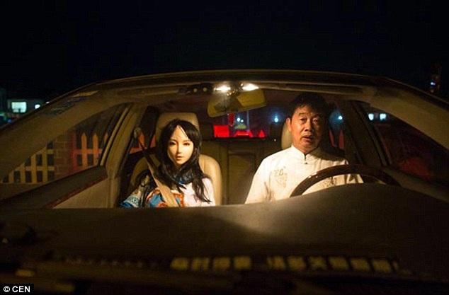 """""""Mối tình"""" kì lạ giữa người đàn ông Trung Quốc với búp bê tình dục - 5"""