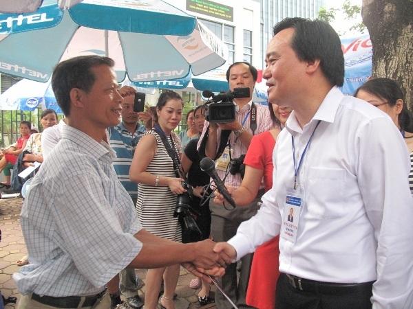 Bộ trưởng gặp gỡ với phụ huynh có con dự thi