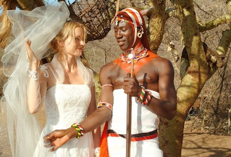 Bộ phim xoay quanh kỳ nghỉ tại Kenya của một người phụ nữ xinh đẹp mang tên Carola. Vì tình yêu với một người dân bản địa, Carola đã từ bỏ cuộc sống tiện nghi ở châu Âu để ở lại vùng hoang dã của Kenya. Tuy nhiên, do không thể thích nghi với khác biệt văn hoá, cộng với sự ghen tuông mù quáng của chồng, cuối cùng Carola vẫn phải trở về quê hương.