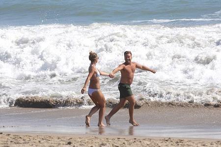 Vogue vui vẻ đi tắm biển cùng bạn