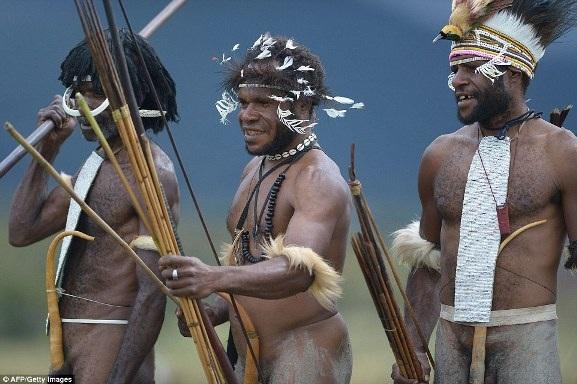 """Trong bộ tộc Dani, những người đàn ông thường sơn mặt và mặc trang phục bộ lạc đặc biệt, gồm lông, xương động vật, và đeo vỏ bọc dương vật có tên là """"Koteka""""."""