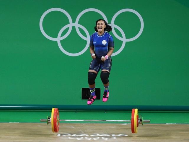 Niềm hạnh phúc tột cùng của một vận động viên cử tạ nữ khi vừa kết thúc thành công phần thi của mình.