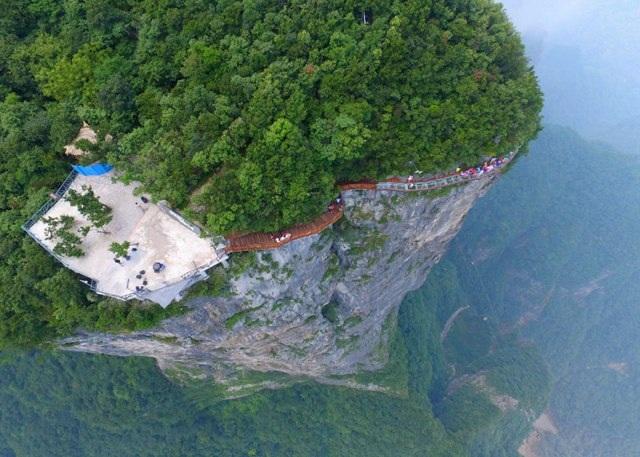 Rùng mình đi trên cây cầu kính cao 1.400 mét - 5