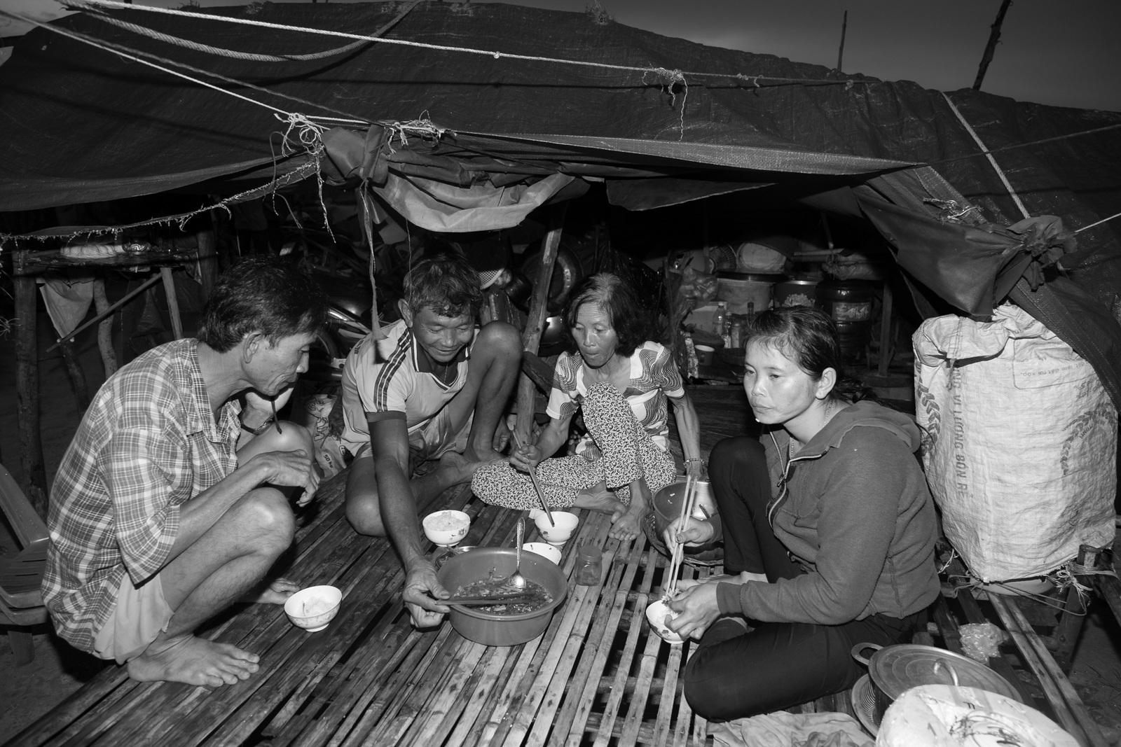 Bữa cơm của gia đình ông Ba Phước. Về nước hơn 1 năm rồi cả nhà vẫn còn khốn khó. Do không có giấy tờ tùy thân nên các con của ông Phước nhiều lần bị từ chối khi xin làm công nhân ở TP HCM, Bình Dương