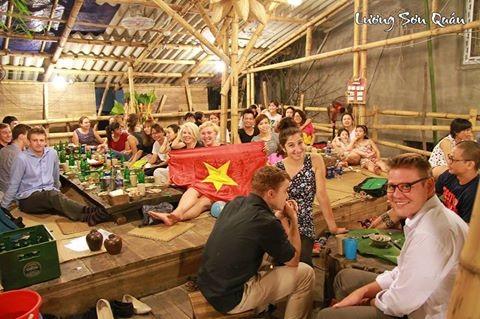 … mà khách Tây cũng rất hào hứng đến Lương Sơn Quán