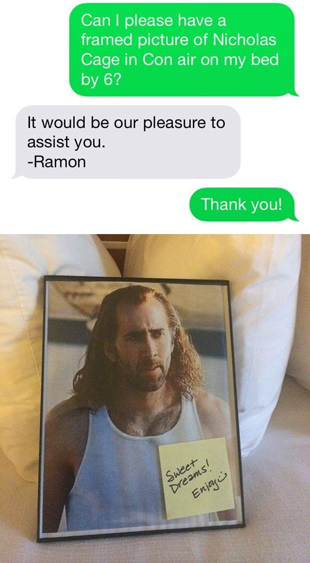 Một khách hàng yêu cầu bức ảnh chụp Nicolas Cage đặt trên giường, và đã có được trải nghiệm vui vẻ nhất trong suốt chuyến đi buồn tẻ của mình. (Nguồn: boredpanda.com)