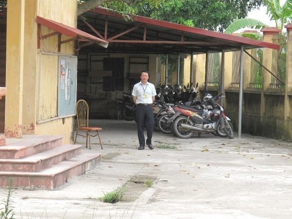 Cán bộ giám sát khu vực ngoài phòng thi của cụm thi THPT Quang Minh
