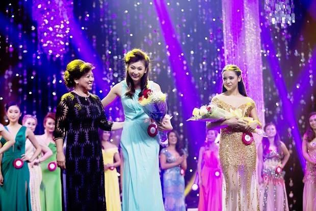 Ngoài ra BTC cũng trao nhiều giải phụ. Doanh nhân Diệp Hồng Anh trao Danh hiệu Ms. Photogenic (Hoa hậu Phụ nữ Ảnh) cho Milani Mae Mai (SBD 17) và Mrs. Photogenic (Hoa hậu Phu nhân Ảnh) Sharon Kuo Kiều (SBD 2).