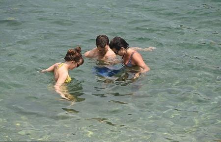 Jamie Dornan vui vẻ đi bơi cùng bà xã và Dakota Johnson