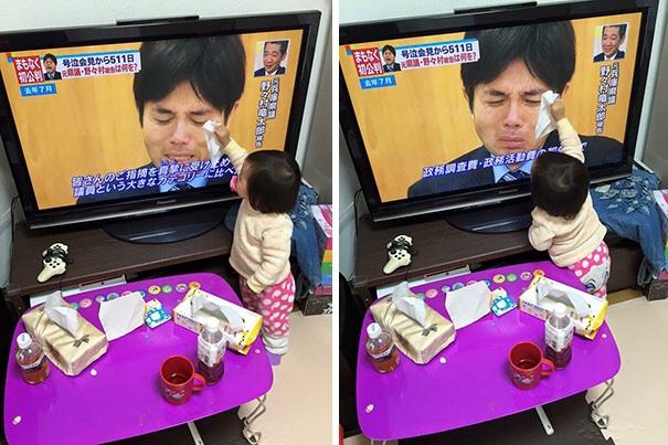 Hình ảnh em bé ngây thơ lau nước mắt cho một người đàn ông trên ti vi sẽ khiến nhiều người lớn phải suy ngẫm.