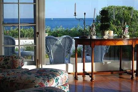 Tổ ấm của Taylor có tầm nhìn hướng thẳng ra vịnh Little Narragansett, ngọn hải đăng Watch Hill…