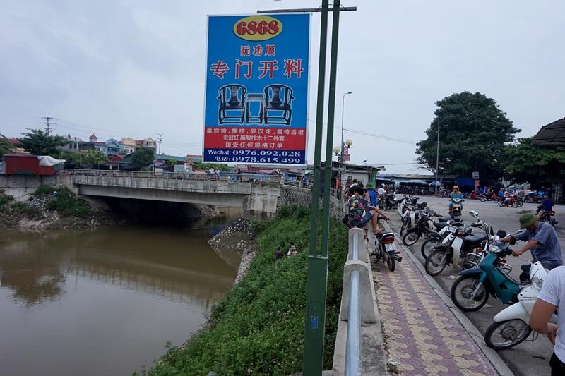 Không ít biển hiệu ven sông Ngũ Huyện Khê in hoàn toàn bằng chữ Trung Quốc.
