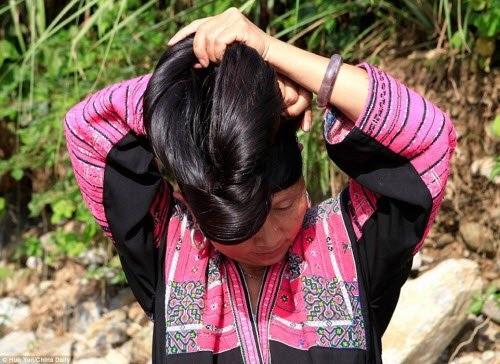 Bà Pan Jifeng, một cư dân tại ngôi làng Huangluo, cho biết truyền thống để tóc dài của dân tộc Dao được truyền qua nhiều thế hệ và vẫn được gìn giữ cho đến ngày nay.
