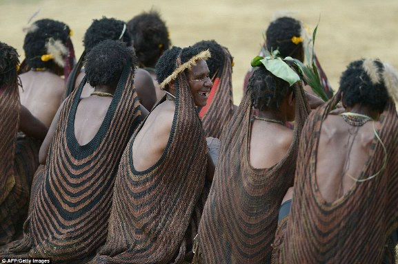 """Trong khi đó, những người phụ nữ mặc váy dệt từ sợi phong lan, choàng từ đầu xuống, có tên là """"noken""""."""
