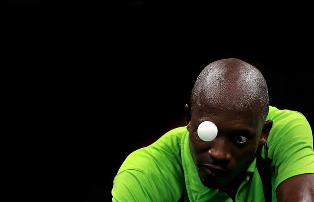 Sự tập trung cao độ trước trái bóng của vận động viên bóng bàn người Nigeria- Segun Toriola.