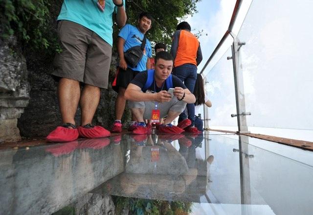 Rùng mình đi trên cây cầu kính cao 1.400 mét - 6