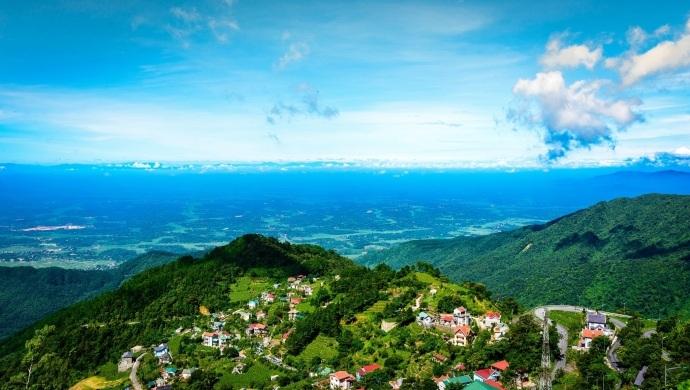 Tiết trời ở Tam Đảo thoáng mát quanh năm, được sánh ngang với Sa Pa và Đà Lạt, với khung cảnh thiên nhiên vô cùng thơ mộng và hùng vĩ.