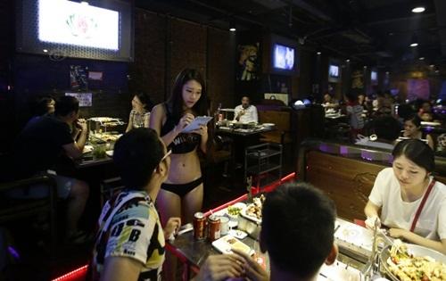 """Gái xinh Trung Quốc bị """"ném đá"""" vì mặc bikini phục vụ khách - 5"""