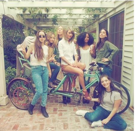 """Nữ ca sĩ cũng thường xuyên khoe ảnh tụ tập bạn bè tại """"tổ ấm"""" tuyệt đẹp này."""
