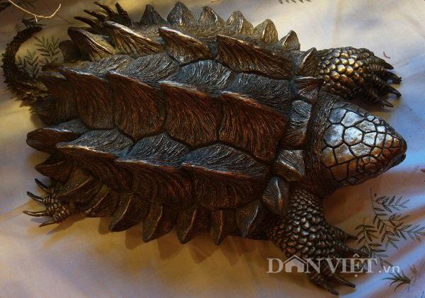 Cận cảnh một con rùa khủng long có giá trên dưới 5 triệu đồng đang được anh Tuấn nuôi dưỡng tại cửa hàng của mình.