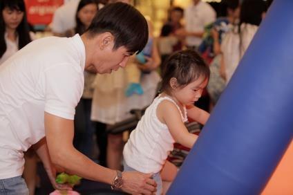 Nhờ những bí quyết giúp khỏe mạnh từ bên trong của mẹ Minh Hà mà Cherry thỏa sức chơi đùa và trải nghiệm