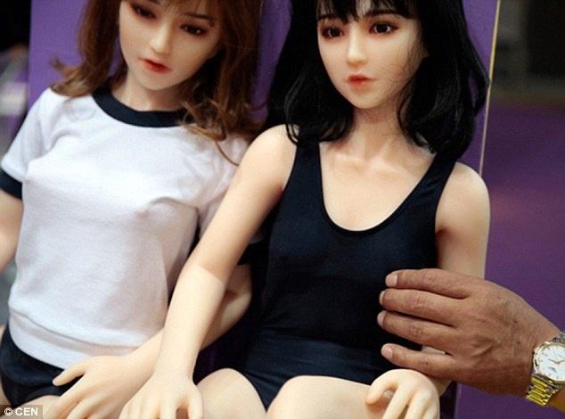 """""""Mối tình"""" kì lạ giữa người đàn ông Trung Quốc với búp bê tình dục - 7"""