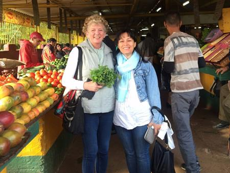 Cụ bà tự đi chợ nấu ăn ở Havana, Cuba.