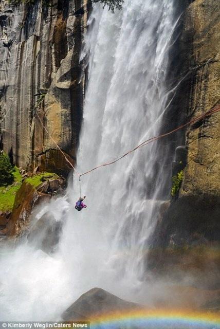 """""""Hết hồn"""" nhìn nghệ sĩ yoga biểu diễn trên dây vắt ngang thác nước - 7"""