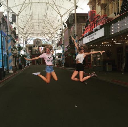 """Cô bạn thân Taylor Swift của Karlie cũng cho thấy độ """"quậy"""" không hề thua kém khi chụp hình"""