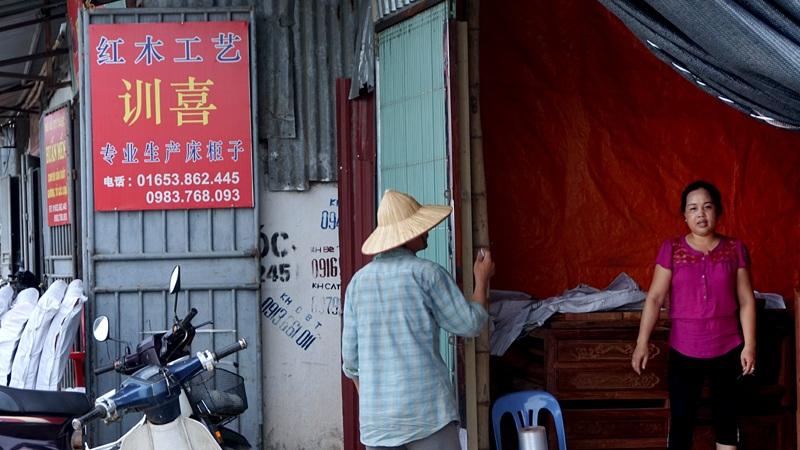 Một cửa hiệu kinh doanh đồ gỗ tại xã Hương Mạc với biển hiệu hoàn toàn in chữ Trung Quốc.