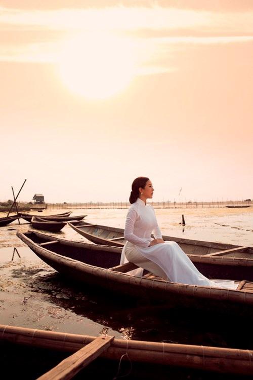 Khung cảnh đẹp nao lòng cùng hình ảnh người con gái mặc áo dài trắng thẩn thơ ngắm sông nước như đang đợi chờ một ai đó được Thu Hoài diễn tả rất tình qua ánh mắt xa xăm.