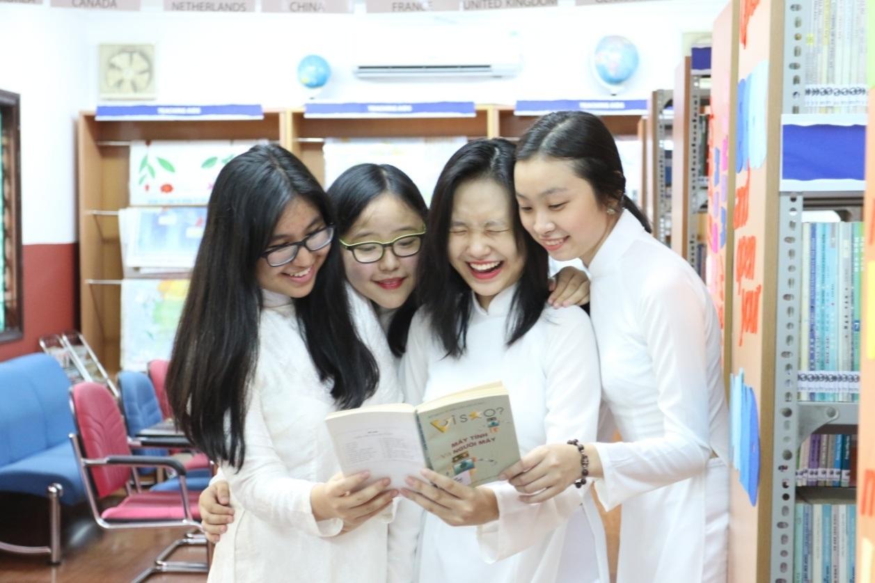 Hàng ngày đến lớp với bộ đồng phục năng động nên khi được mặc áo dài trắng trong ngày thực hiện ảnh kỷ yếu, nữ sinh Asian School tỏ ra vô cùng háo hức.
