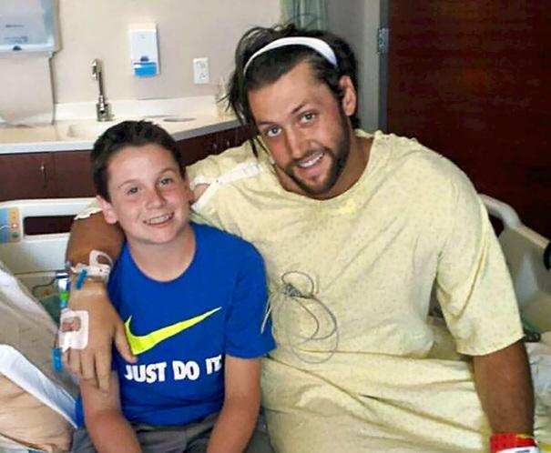 Cậu bé 13 tuổi đã cứu mạng huấn luyện viên bóng chày của mình bằng các thao tác sơ cứu khẩn cấp được học và kịp thời gọi xe cứu thương.