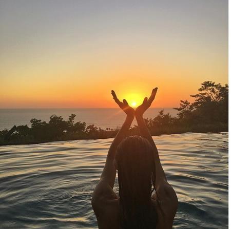 Siêu mẫu Gisele Bündchen đã đón cảnh mặt trời lặn bằng một bức hình tự sướng cũng đẹp đẽ và huy hoàng không kém