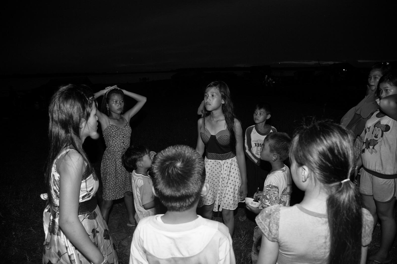 Bọn trẻ chơi đùa rồi chửi nhau giữa đêm trên bãi đất sát hồ Dầu Tiếng