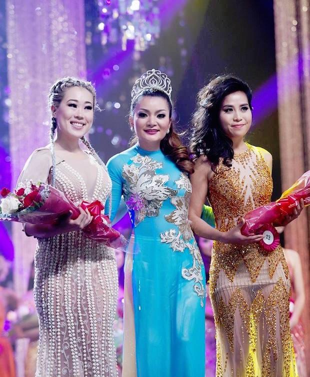 Á hậu Hoàng My trao giải cho Ms. Congeniality (Hoa hậu Thân thiện) Mio Hu SBD 13 và Mrs. Congeniality Ritia Nguyen Niimura (SBD 16).